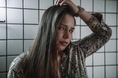 Retrato de la alta moda de la mujer elegante joven Tiro del estudio imágenes de archivo libres de regalías