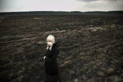 Retrato de la bella arte de la muchacha en campo negro fotografía de archivo libre de regalías