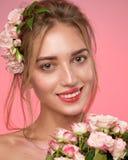 Retrato de la belleza de la cara de la mujer con pecas y una corona de flores color de rosa en pelo foto de archivo