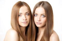 Retrato de la belleza de dos mujeres jovenes hermosas Imagen de archivo