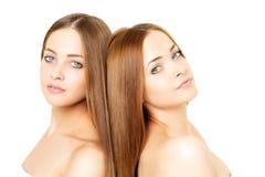 Retrato de la belleza de dos mujeres jovenes hermosas Foto de archivo