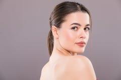 Retrato de la belleza de la cara femenina con la piel natural fotografía de archivo
