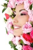 Retrato de la belleza de la cara femenina joven hermosa con las rosas de la flor Fotografía de archivo