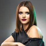 Retrato de la belleza de la moda de la mujer joven en Gray Background Imagen de archivo libre de regalías