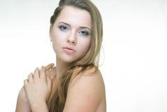 Retrato de la belleza de la muchacha aislado en blanco Fotografía de archivo libre de regalías