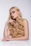 Retrato de la belleza de la muchacha atractiva con el pelo rizado Imágenes de archivo libres de regalías