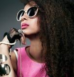 Retrato de la belleza de la muchacha atractiva con joyería Imágenes de archivo libres de regalías