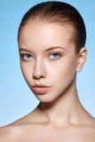 Retrato de la belleza de la muchacha atractiva joven con la piel limpia Fotos de archivo libres de regalías