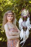 Retrato de la belleza de la muchacha con Dreamctahcer que cuelga junto a ella Fotografía de archivo libre de regalías