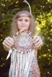 Retrato de la belleza de la muchacha con Dreamctahcer que cuelga junto a ella Foto de archivo libre de regalías