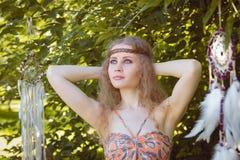 Retrato de la belleza de la muchacha con Dreamctahcer que cuelga junto a ella Fotos de archivo libres de regalías