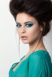 Retrato de la belleza de la muchacha morena en un vestido de la turquesa foto de archivo