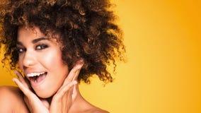 Retrato de la belleza de la muchacha sonriente con afro Imágenes de archivo libres de regalías