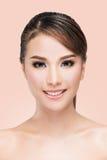 Retrato de la belleza de la mujer asiática joven que sonríe con la cara sana hermosa Fotos de archivo