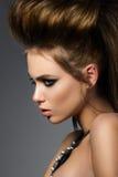 Retrato de la belleza de la mujer atractiva joven con el peinado de la moda Fotos de archivo
