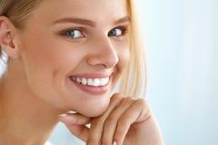 Retrato de la belleza de la mujer con la sonrisa hermosa de la cara fresca de la sonrisa fotos de archivo