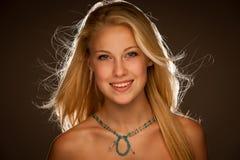 Retrato de la belleza de la mujer joven atractiva con los ojos azules Fotos de archivo