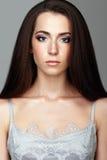 Retrato de la belleza de la mujer joven Muchacha morena con el pelo largo y Fotos de archivo