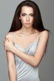 Retrato de la belleza de la mujer joven Muchacha morena con el pelo largo y Imagen de archivo