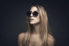 Retrato de la belleza de la mujer rubia atractiva Imágenes de archivo libres de regalías
