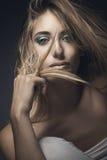 Retrato de la belleza de la mujer rubia atractiva Fotografía de archivo