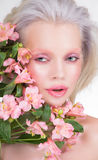 Retrato de la belleza de la mujer rubia con las flores Imagen de archivo libre de regalías