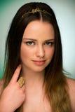 Retrato de la belleza de un adolescente lindo en fondo verde Fotos de archivo libres de regalías