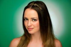Retrato de la belleza de un adolescente lindo en fondo verde Fotos de archivo