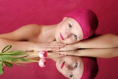 Retrato de la belleza de una mujer en color de rosa Foto de archivo libre de regalías