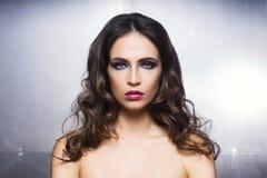 Retrato de la belleza de una mujer joven en maquillaje fotos de archivo libres de regalías