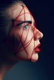 Retrato de la belleza del estudio de la mujer del youg con Web rojo imagen de archivo libre de regalías