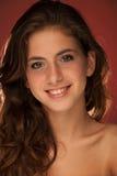 Retrato de la belleza del fondo azul rojo del adolescente hermoso Imagenes de archivo