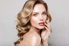 Retrato de la belleza del modelo con maquillaje natural imagenes de archivo