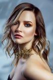 Retrato de la belleza del modelo de moda hermoso con maquillaje, el peinado ondulado coloreado y los accesorios en su cuello Fotos de archivo