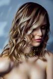 Retrato de la belleza del modelo de moda hermoso con maquillaje, el peinado ondulado coloreado y los accesorios en su cuello Imágenes de archivo libres de regalías