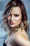 Retrato de la belleza del modelo de moda hermoso con maquillaje, el peinado ondulado coloreado y los accesorios en su cuello Fotos de archivo libres de regalías