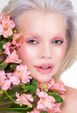Retrato de la belleza del modelo rubio con las flores Fotos de archivo