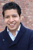 Retrato de la belleza del varón joven hispánico hermoso, sonriendo al aire libre imagen común Fotos de archivo libres de regalías