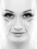 Retrato de la belleza En el fondo blanco Primer fresco perfecto de la piel con la pintura de la cara Aislado en el fondo blanco M Fotos de archivo
