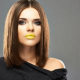Retrato de la belleza de la moda de la mujer joven en Gray Background Fotografía de archivo libre de regalías