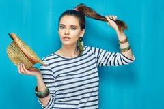 Retrato de la belleza de la muchacha del adolescente con el peinado de la cola Imagen de archivo libre de regalías