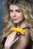 Retrato de la belleza Mujer hermosa con la flor Fotos de archivo libres de regalías