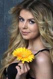 Retrato de la belleza Mujer hermosa con la flor Imagen de archivo libre de regalías