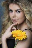 Retrato de la belleza Mujer hermosa con la flor Fotos de archivo