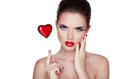Retrato de la belleza. Mujer hermosa con los labios rojos, po manicured del balneario Fotografía de archivo libre de regalías