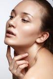 Retrato de la belleza. Mujer hermosa que toca su cara. Fres perfecto Imágenes de archivo libres de regalías