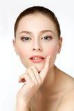 Retrato de la belleza Mujer hermosa que toca su cara Fres perfecto Imagen de archivo libre de regalías