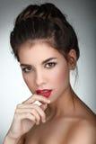 Retrato de la belleza Mujer hermosa que toca sus labios Fres perfecto Imagen de archivo libre de regalías