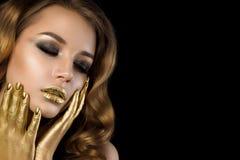 Retrato de la belleza de la mujer joven con maquillaje de oro Imágenes de archivo libres de regalías