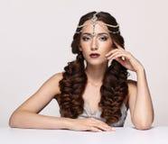 Retrato de la belleza de la mujer joven en diadema de la perla Wi morenos de la muchacha Foto de archivo